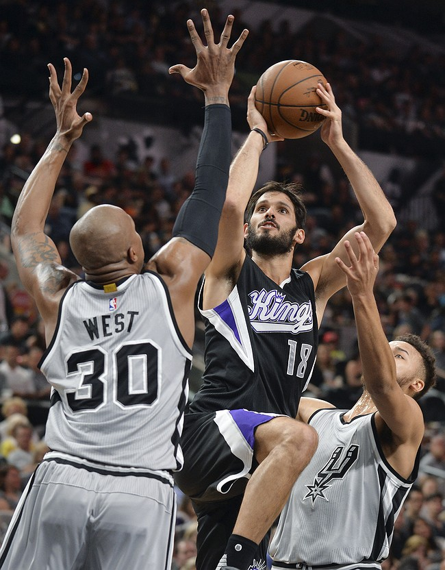 Spurs' Kawhi Leonard: Scores game-high 30 points in victory Thursday