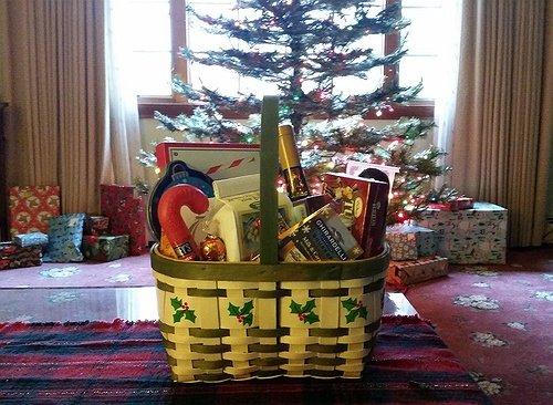 Diy gift baskets make your own amazing holiday gift for Make your own christmas gift baskets