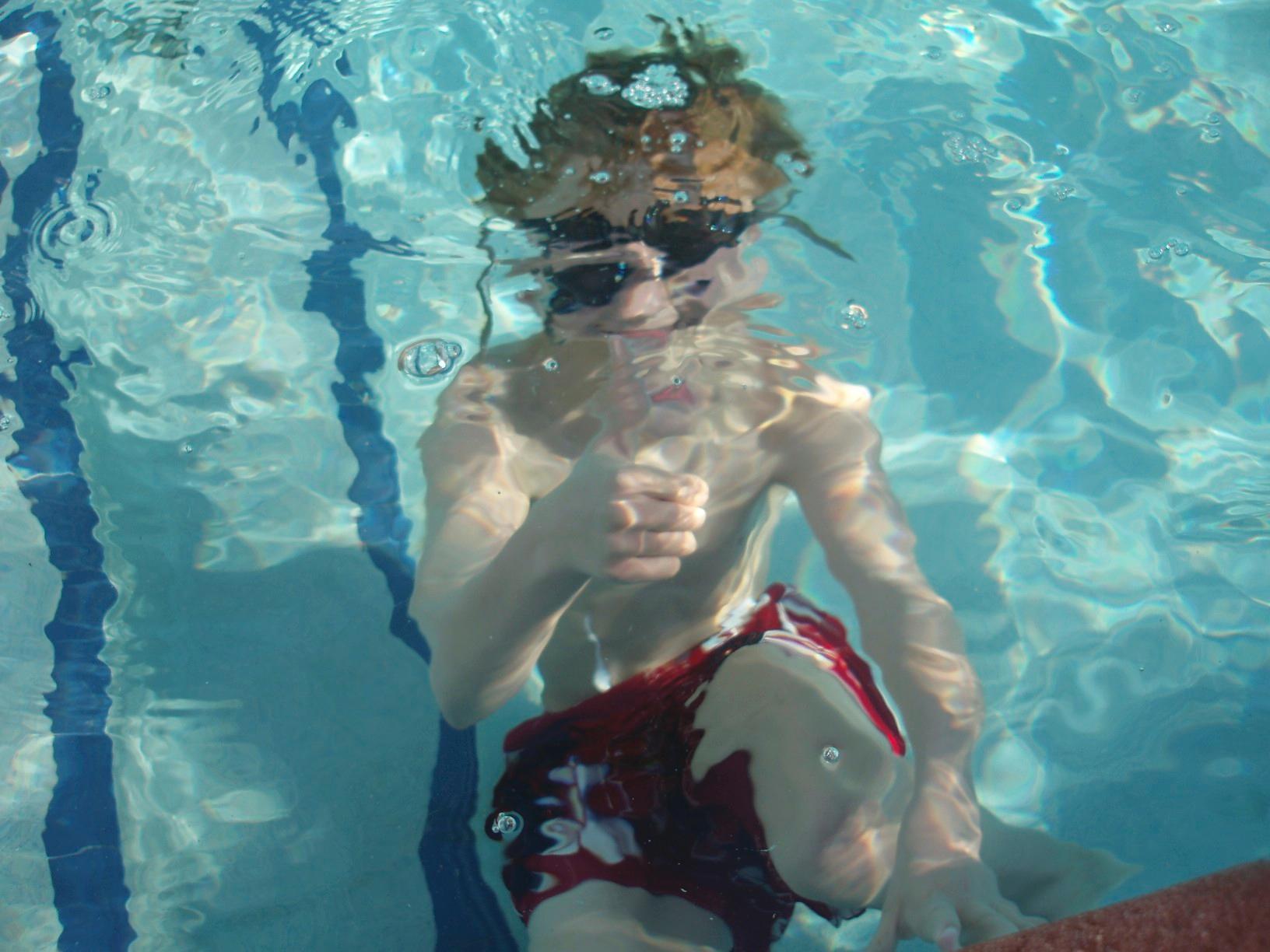 Фотки страха в бассейне, толпа мужиков кончили в пизду